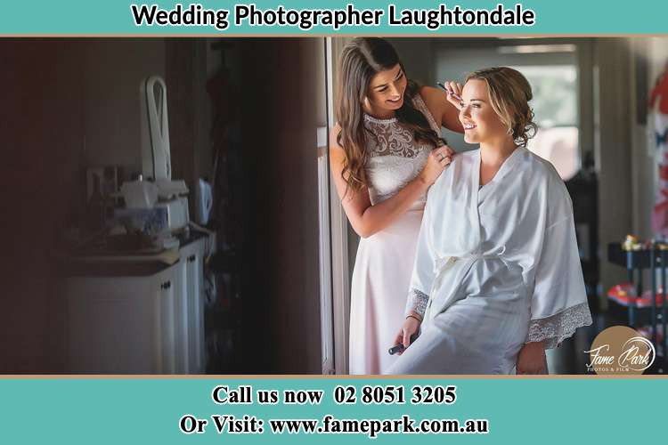 Photo of the Bride having make up Laughtondale NSW 2775